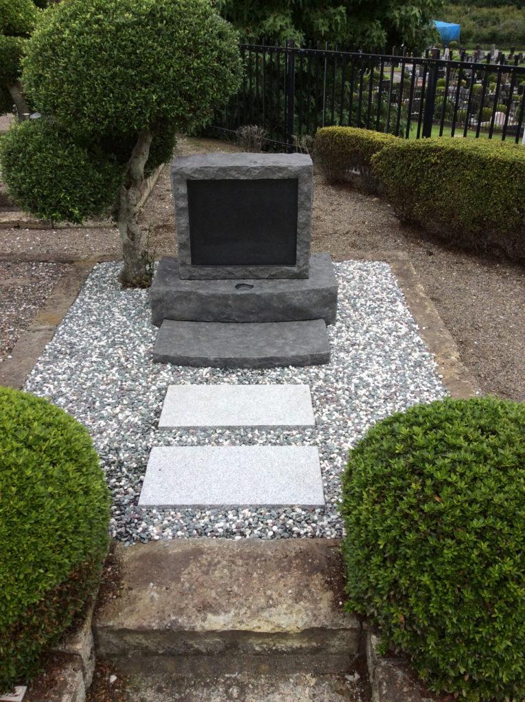 緑に囲まれたお墓