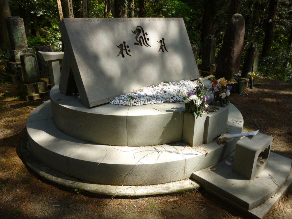 言葉を刻んだ墓石